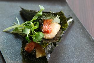 梅肉とディップソースの手巻き寿司